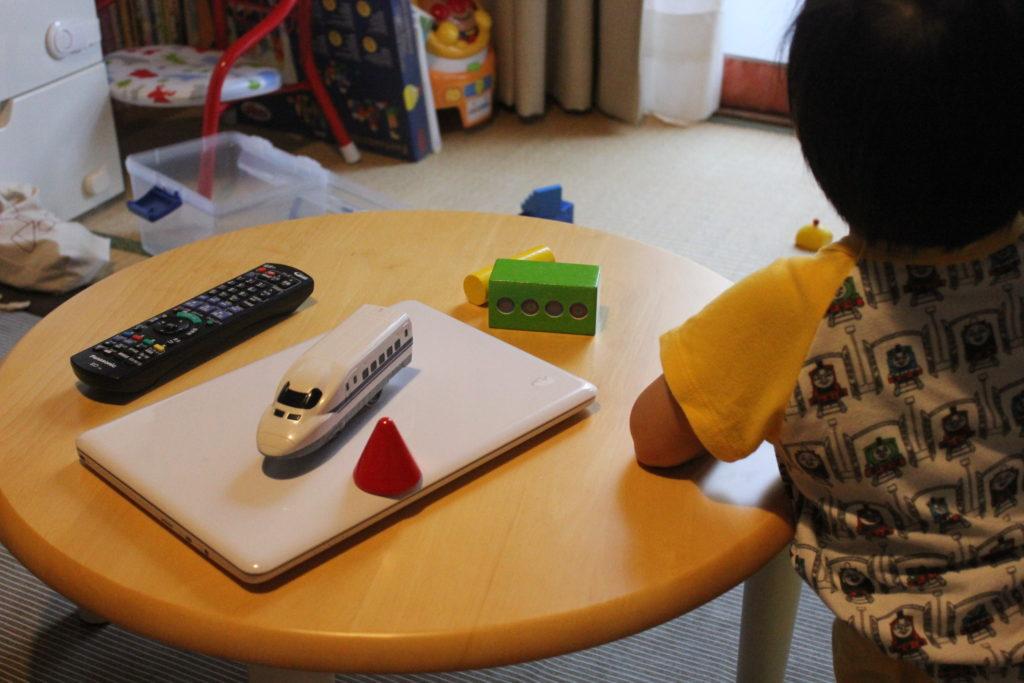 息子(1才8か月)に子ども用のテーブルを買うの巻。
