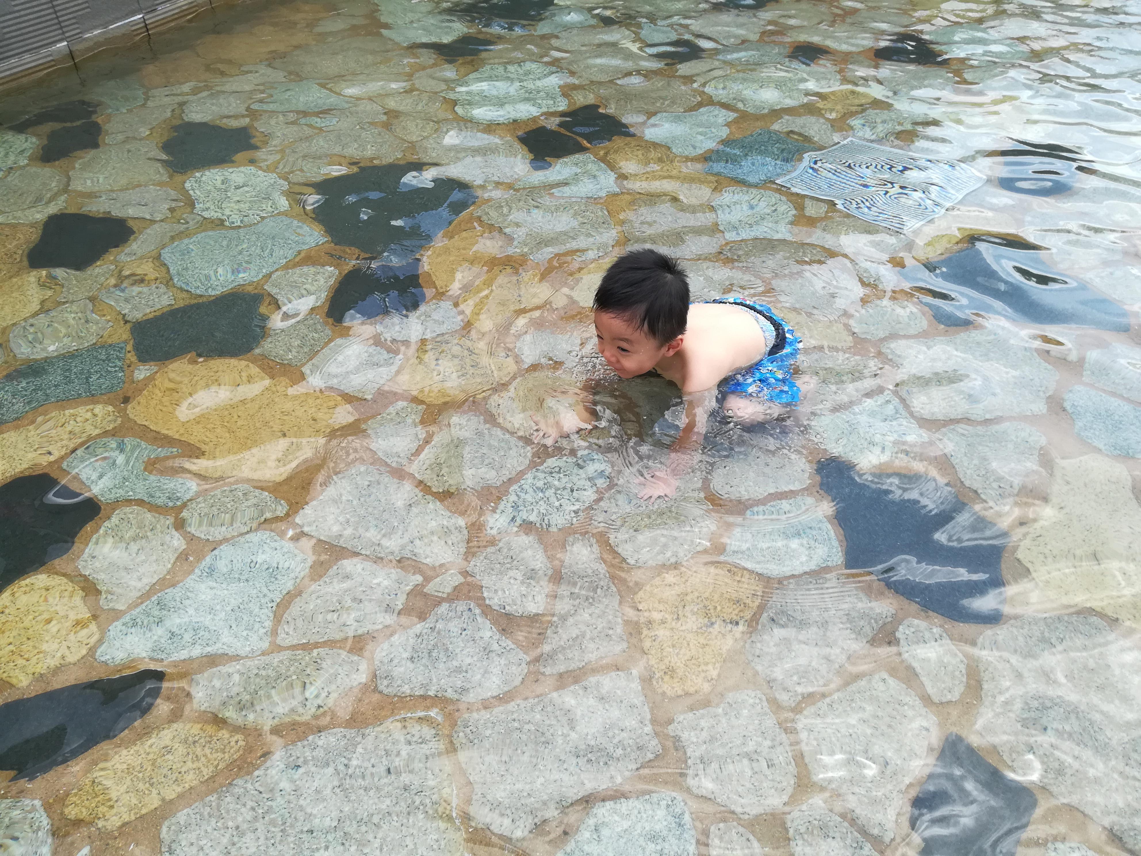 【子連れで楽しい】公園で赤ちゃんを水遊びさせたい!持って行くべき服装と持ち物をまとめてみた。